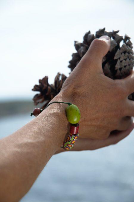 Pulsera artesanal étnica colorida en tonos verdes y ocres